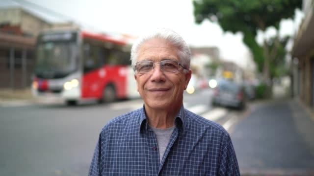 vídeos de stock e filmes b-roll de portrait of senior man at street - homem casual standing sorrir