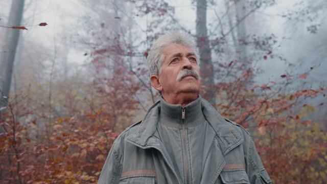 自然界の先輩男性の肖像 - disruptagingcollection点の映像素材/bロール