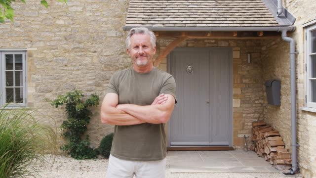 porträtt av senior man stående utanför dörren till hemmet - ytterdörr bildbanksvideor och videomaterial från bakom kulisserna