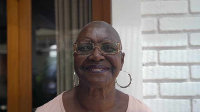 vídeos de stock e filmes b-roll de portrait of senior woman at home - afro