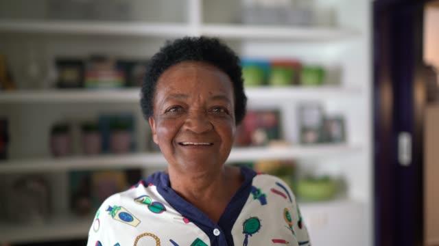 カメラを見ている先輩女性の肖像 - ブラジル文化点の映像素材/bロール