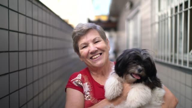 彼女の犬と先輩女性の肖像画 - 愛玩犬点の映像素材/bロール