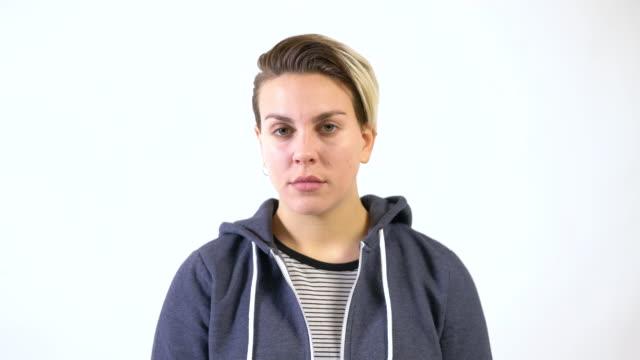 vídeos de stock e filmes b-roll de portrait of serious woman against white background - 20 24 anos