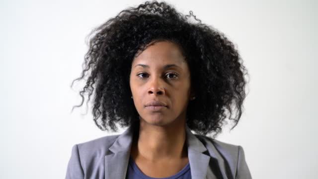 porträtt av allvarlig kvinna med lockigt hår - 35 39 år bildbanksvideor och videomaterial från bakom kulisserna