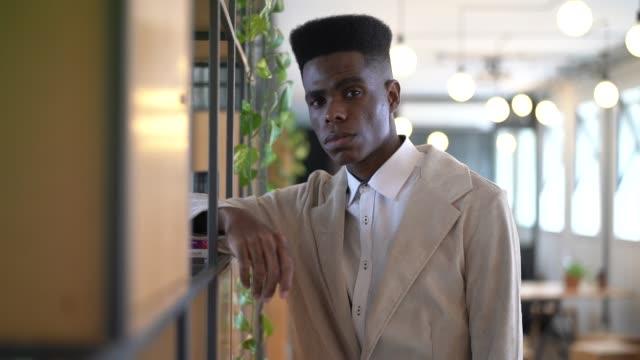 портрет серьезного молодого бизнесмена в творческом кабинете - бразилец парду стоковые видео и кадры b-roll