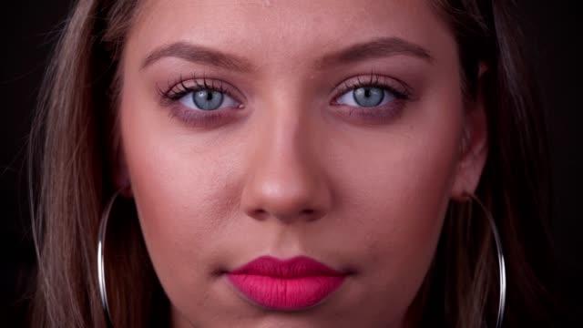 Porträt einer schweren jungen Frau – Video
