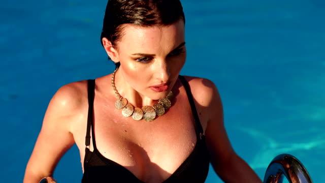 vídeos de stock e filmes b-roll de portrait of sexy erotic wet girl in the pool. - mulher natureza flores e piscina