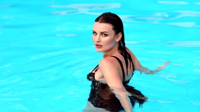 vídeos de stock e filmes b-roll de portrait of sexy wet girl in the pool. - mulher natureza flores e piscina
