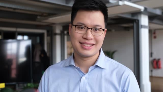 porträtt av leende affärs man i glasögon - endast en man i 30 årsåldern bildbanksvideor och videomaterial från bakom kulisserna