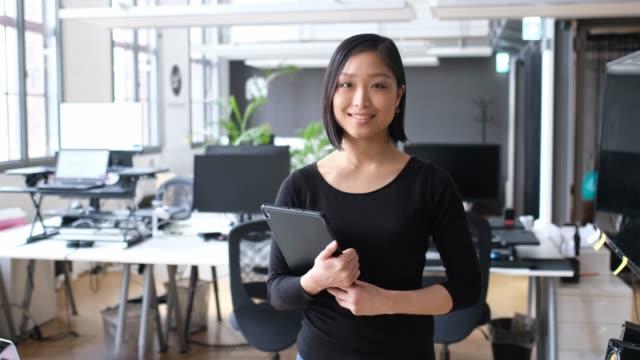 タブレット pc での笑顔の実業家の肖像 - 上半身点の映像素材/bロール