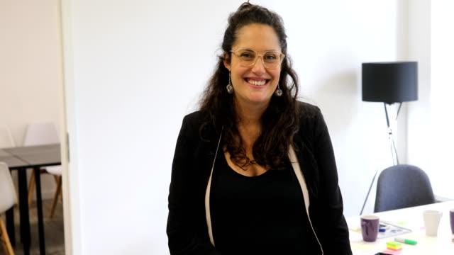 Porträt von lächelnden Executive tragen Brillen – Video