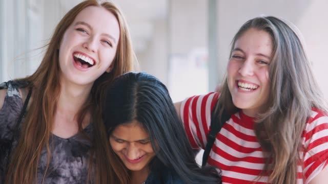 vídeos de stock, filmes e b-roll de retrato de amigos fêmeas de sorriso do estudante universitário no corredor de buildingê - 16 17 anos