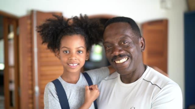 porträtt av leende farfar och barnbarn hemma - 50 54 år bildbanksvideor och videomaterial från bakom kulisserna