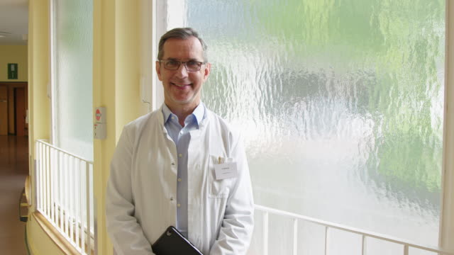 窓際の笑顔の医療従事者の肖像 - 上半身点の映像素材/bロール