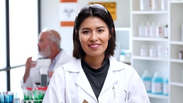 vídeos y material grabado en eventos de stock de retrato de una científica hispana sonriente - scientist