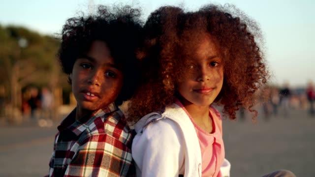 vídeos y material grabado en eventos de stock de retrato de niños sonrientes - hermana