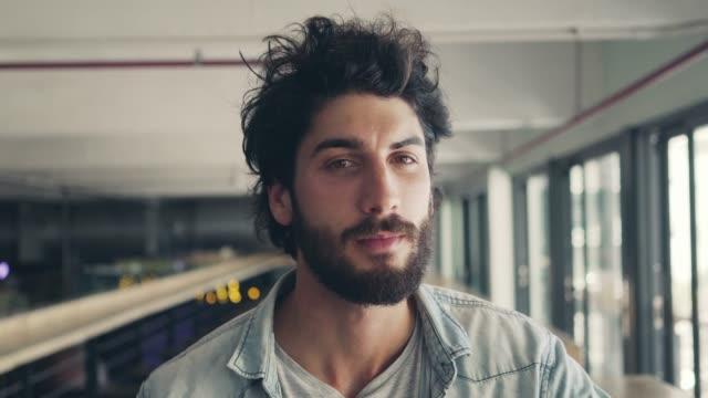 vídeos de stock e filmes b-roll de portrait of smiling male blogger in cafe - focagem