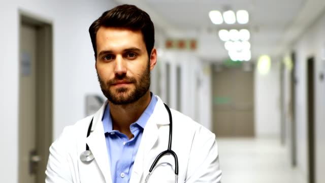 Porträt eines lächelnden männlichen Arztes im Flur – Video