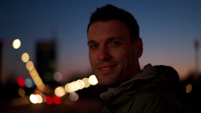웃는 남자의 초상화 - 잘생김 스톡 비디오 및 b-롤 화면