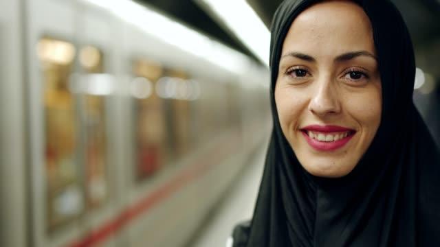 ritratto di donna musulmana sorridente - cultura del medio oriente video stock e b–roll