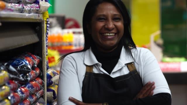 ritratto di venditore sorridente di un supermercato - potere femminile video stock e b–roll