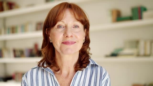 vídeos de stock e filmes b-roll de portrait of smiling senior woman - 55 59 anos