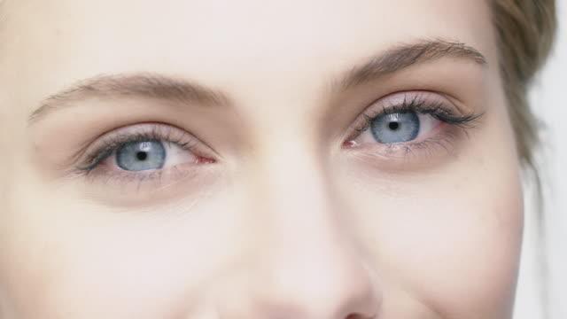 portrait of smiling woman with blue eyes - гладкая поверхность стоковые видео и кадры b-roll