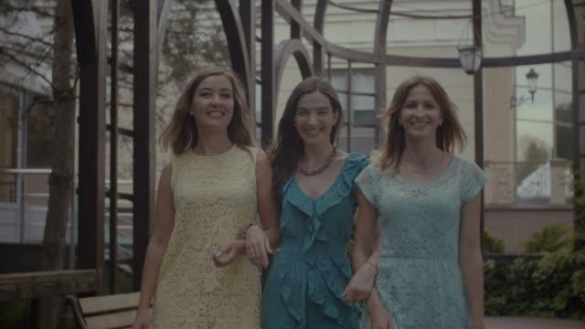 stockvideo's en b-roll-footage met portret van glimlachende vrouwen nemen van een wandeling in het park - mid volwassen vrouw