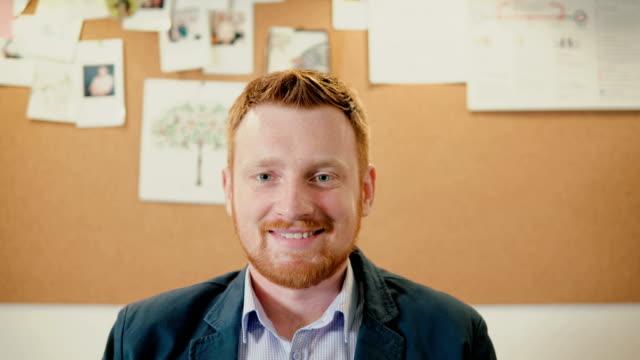 Portrait de l'homme d'affaires prospère au bureau occupé. Travail de l'entrepreneur. Mâle, regardant les caméra, souriant - Vidéo