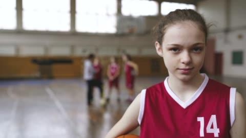 genç basketbol oyuncusu portresi - kızlar stok videoları ve detay görüntü çekimi
