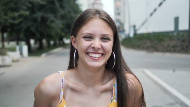 porträtt av tonårs flicka på sommaren-slow motion - endast en tonårsflicka bildbanksvideor och videomaterial från bakom kulisserna
