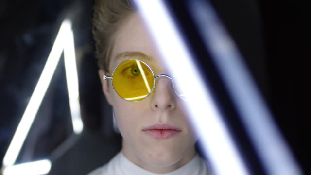 vídeos de stock, filmes e b-roll de retrato do adolescente que desgasta óculos de sol futuristas - fashion