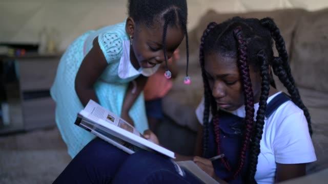 stockvideo's en b-roll-footage met portret van tienermeisje dat thuis thuis huiswerk doet - lagere schoolleeftijd