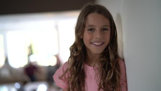 ritratto di ragazza adolescente - preadolescente video stock e b–roll