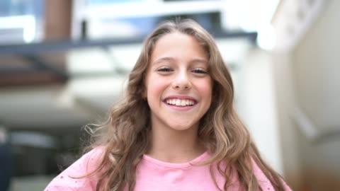 genç kız portresi - kızlar stok videoları ve detay görüntü çekimi