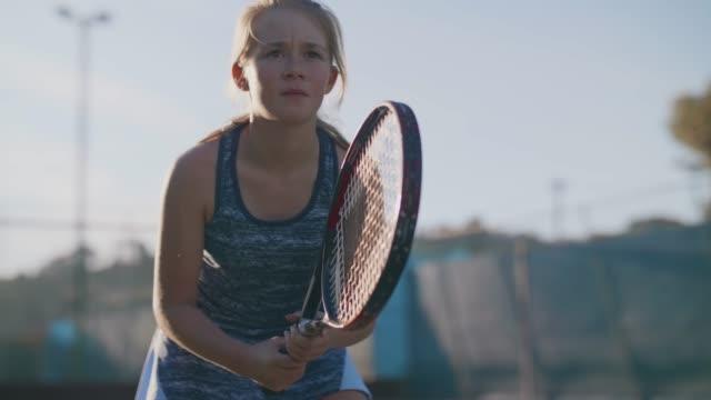 stockvideo's en b-roll-footage met portret van tennisser zich te concentreren op haar spel - tennis