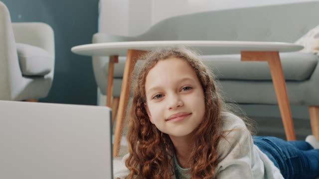 portrait of the little girl using laptop - 8 9 anni video stock e b–roll