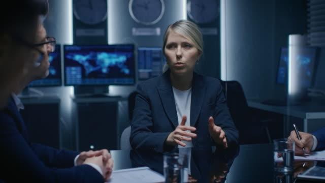 Portrait du fort esprit femme d'affaires faire qu'un discours et la négociation d'affaires, faire face à ses partenaires lors de la réunion. - Vidéo