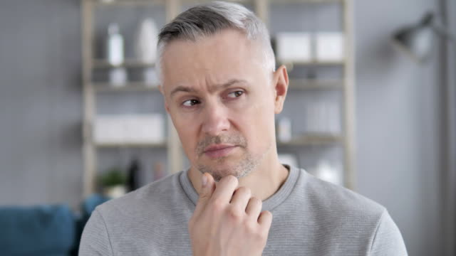 vídeos de stock e filmes b-roll de portrait of thinking middle aged gray hair man - trabalho de design