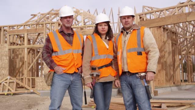 Retrato de tres trabajadores de construcción - vídeo