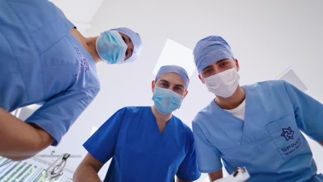 Bидео Portrait of three doctors in masks.