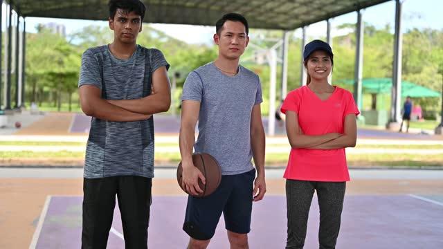 stockvideo's en b-roll-footage met portret van drie multi-etnische jonge aziatische basketbalspelers - 20 29 jaar