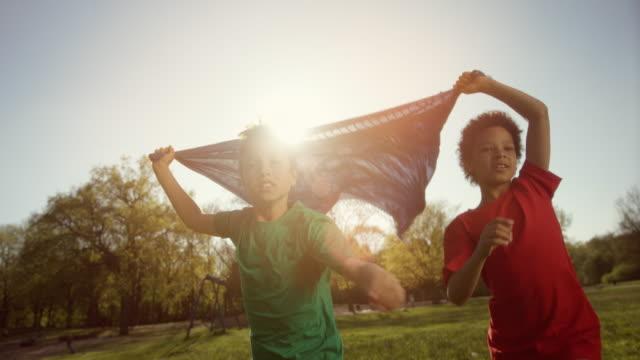 stockvideo's en b-roll-footage met portret van twee lachende jongetjes met deken in hun handen - afro amerikaanse etniciteit