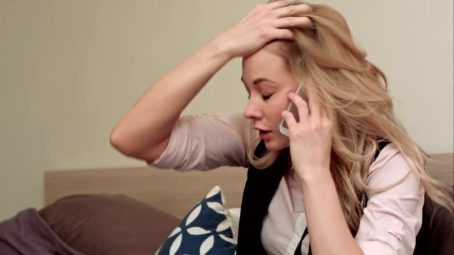 Portret van ongelukkige jonge vrouw bellen geërgerd telefoon thuis video
