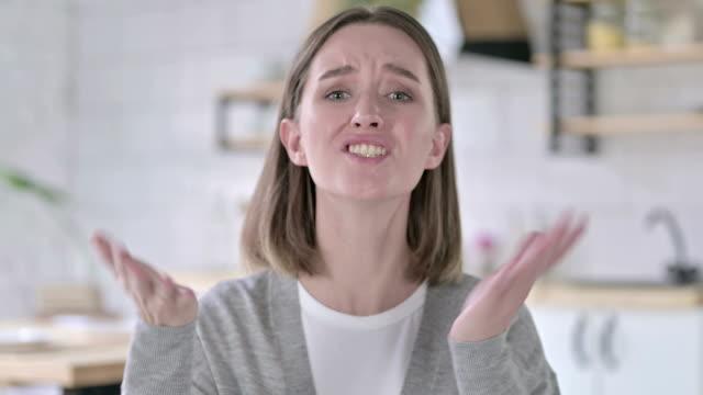 vídeos de stock e filmes b-roll de portrait of upset young woman getting angry - trabalho de design