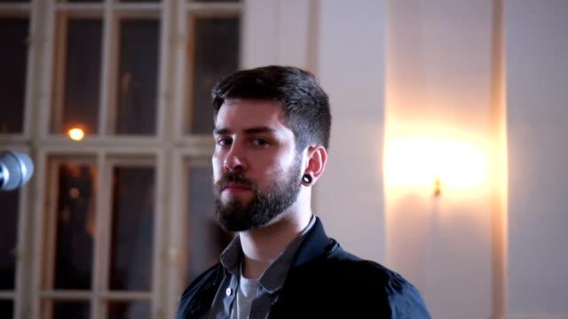 porträtt av urban gitarrist - gitarrist bildbanksvideor och videomaterial från bakom kulisserna