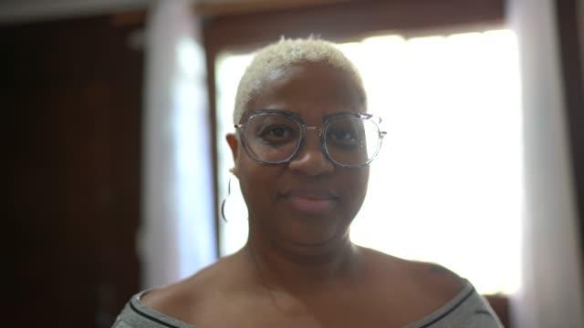 vidéos et rushes de verticale de femme à la maison - 40 44 ans