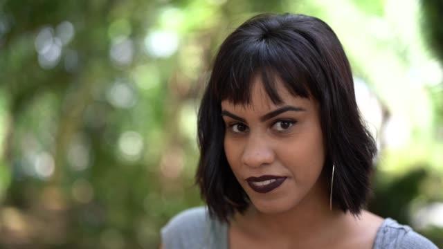 портрет женщины в парке - бразилец парду стоковые видео и кадры b-roll