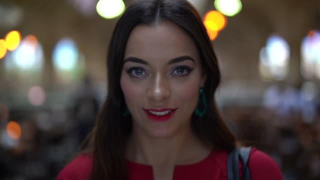 stockvideo's en b-roll-footage met portret van de vrouw in de lokale markt - vrouwelijkheid