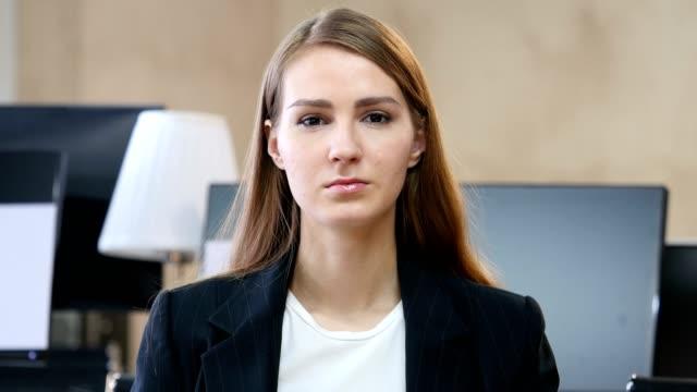 portrait of woman in office - cisza filmów i materiałów b-roll